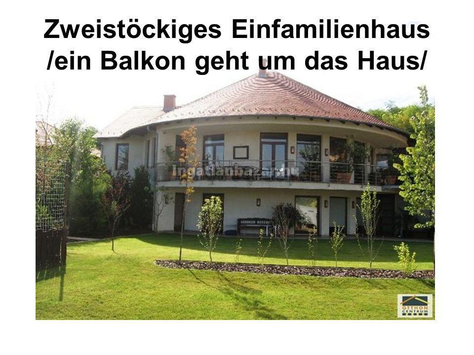 Zweistöckiges Einfamilienhaus /ein Balkon geht um das Haus/