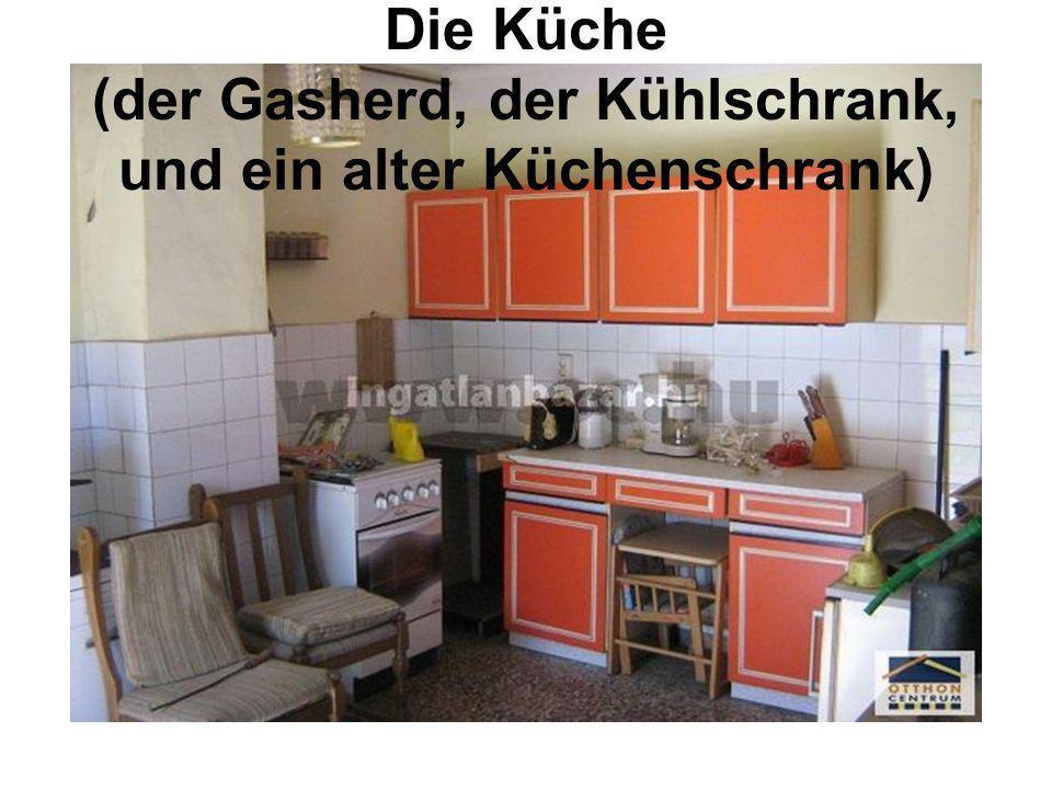 Die Küche (der Gasherd, der Kühlschrank, und ein alter Küchenschrank)