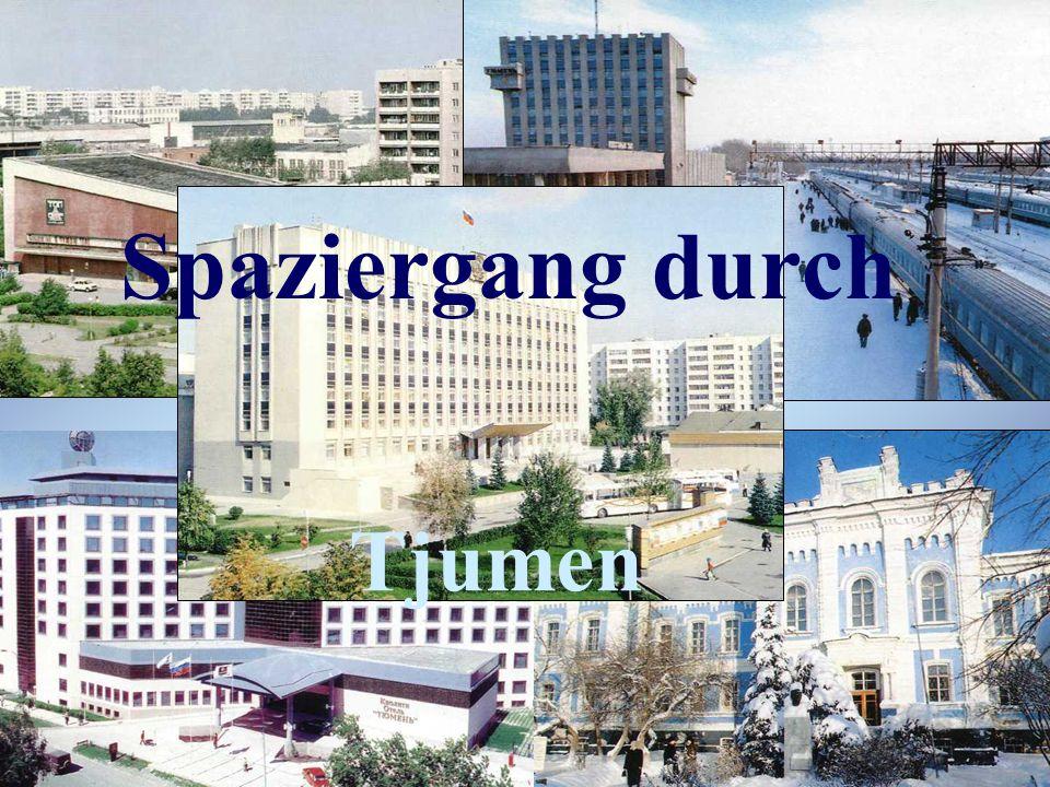 Hier sehen wir das Rathaus des Tjumener Gebiet.Es befindet sich auf dem Zentralplatz.