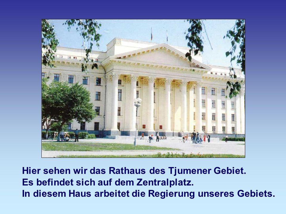 Das ist Tjumener Stadtrathaus.Dieses Gebäude befindet sich Perwomaiskajastraße.