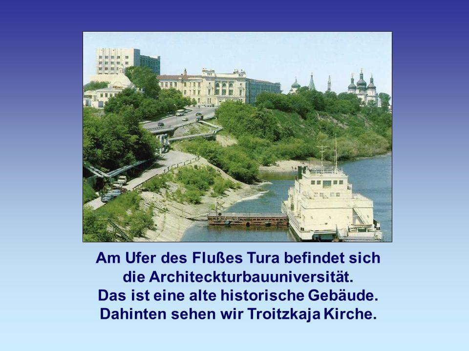 Am Ufer des Flußes Tura befindet sich die Architeckturbauuniversität. Das ist eine alte historische Gebäude. Dahinten sehen wir Troitzkaja Kirche.