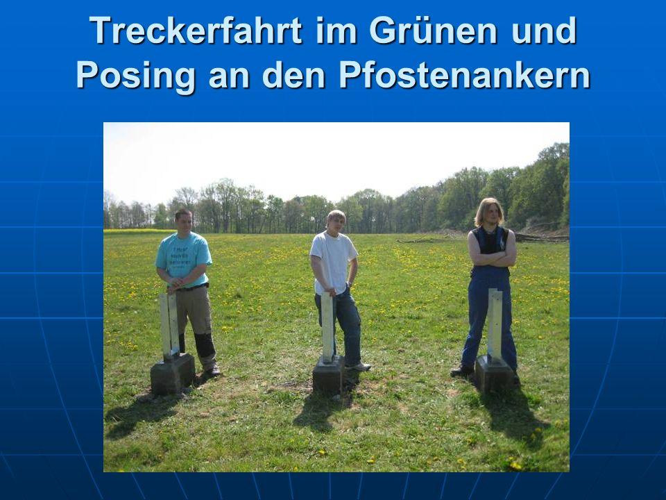 Treckerfahrt im Grünen und Posing an den Pfostenankern