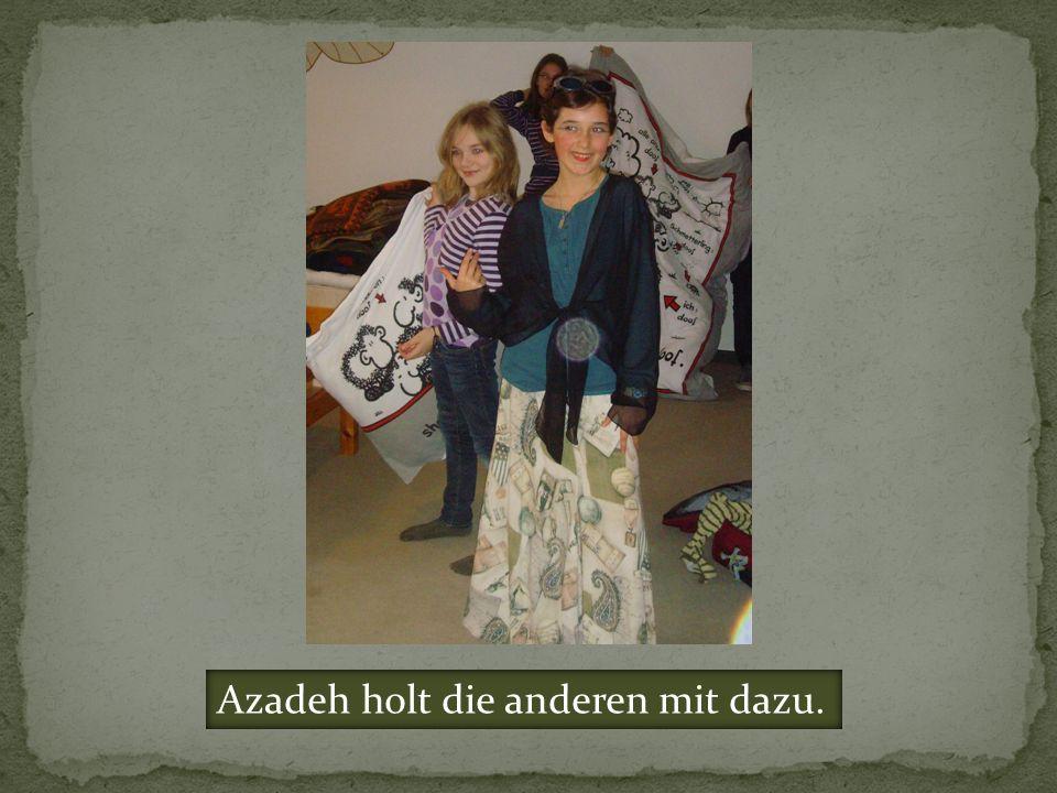 Azadeh holt die anderen mit dazu.