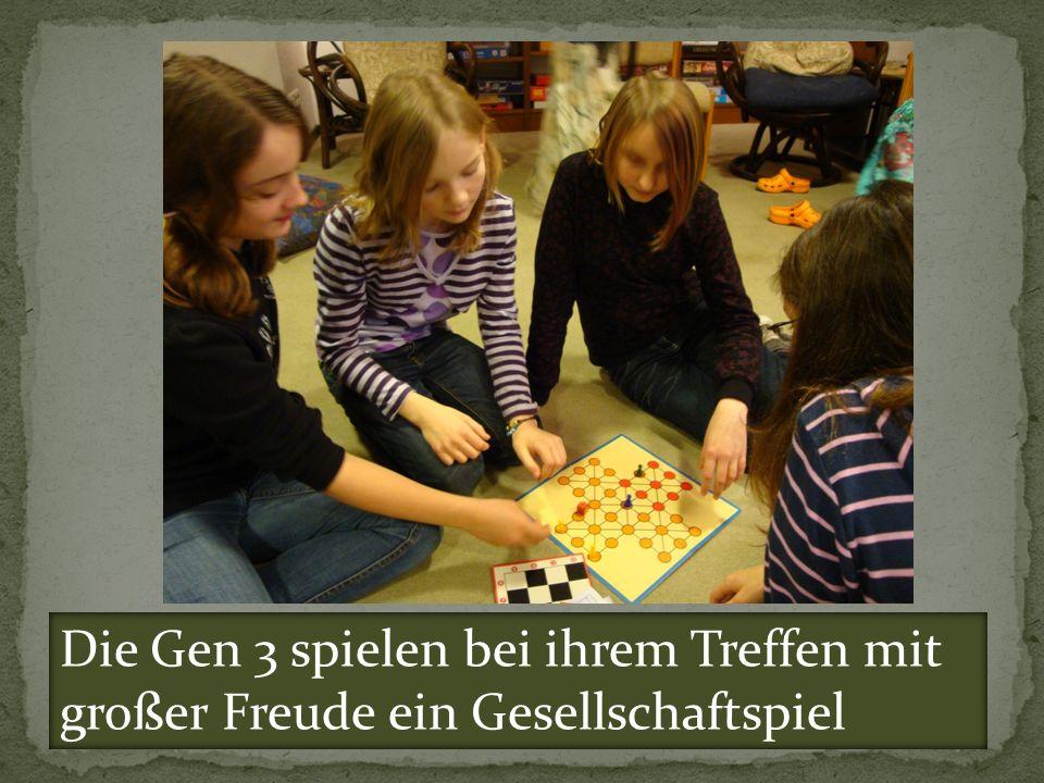 Die Gen 3 spielen bei ihrem Treffen mit großer Freude ein Gesellschaftspiel