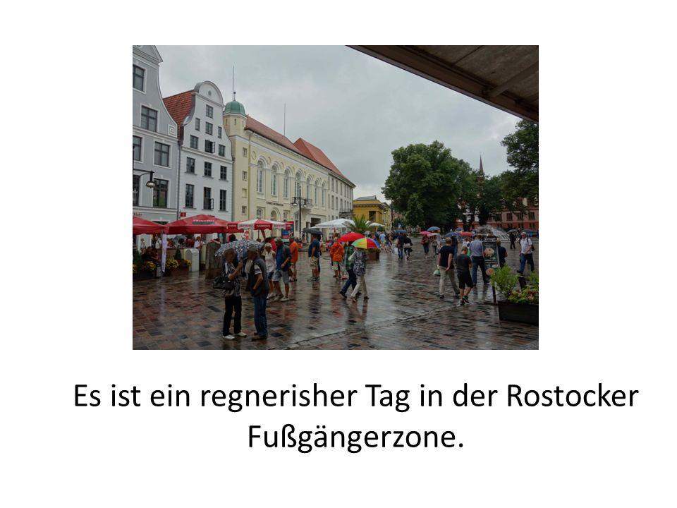 Es ist ein regnerisher Tag in der Rostocker Fußgängerzone.