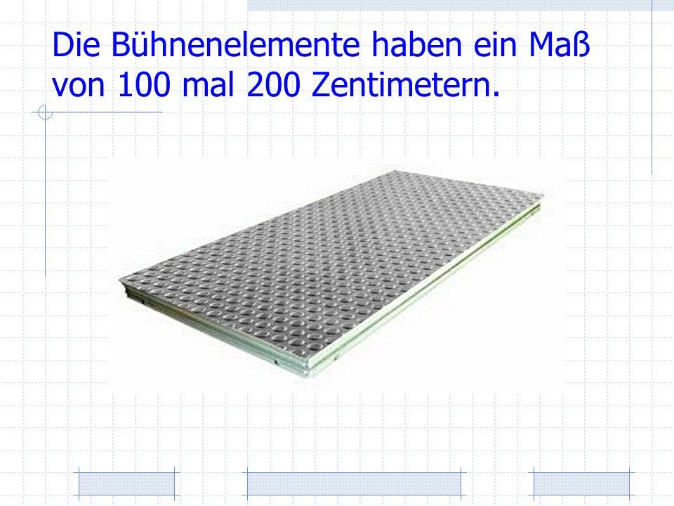 Die Bühnenelemente haben ein Maß von 100 mal 200 Zentimetern.