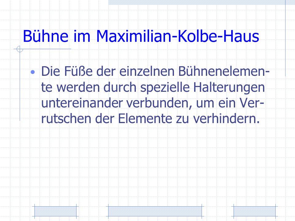 Bühne im Maximilian-Kolbe-Haus Die Füße der einzelnen Bühnenelemen- te werden durch spezielle Halterungen untereinander verbunden, um ein Ver- rutsche