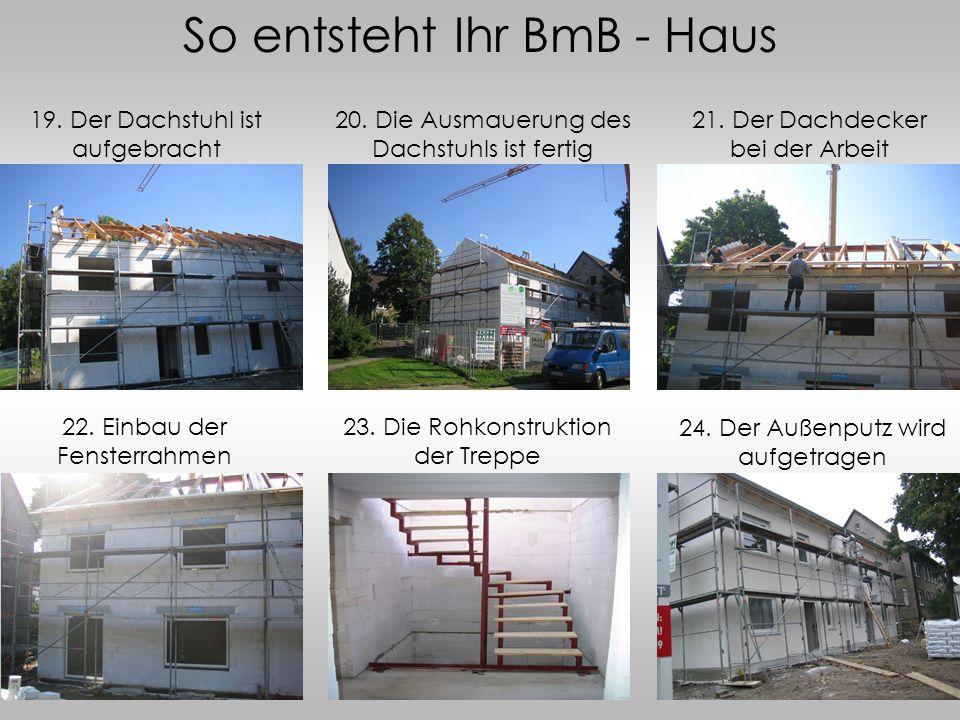 So entsteht Ihr BmB - Haus 19. Der Dachstuhl ist aufgebracht 21. Der Dachdecker bei der Arbeit 20. Die Ausmauerung des Dachstuhls ist fertig 22. Einba