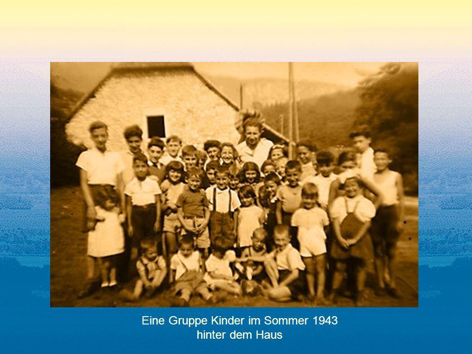 Eine Gruppe Kinder im Sommer 1943 hinter dem Haus