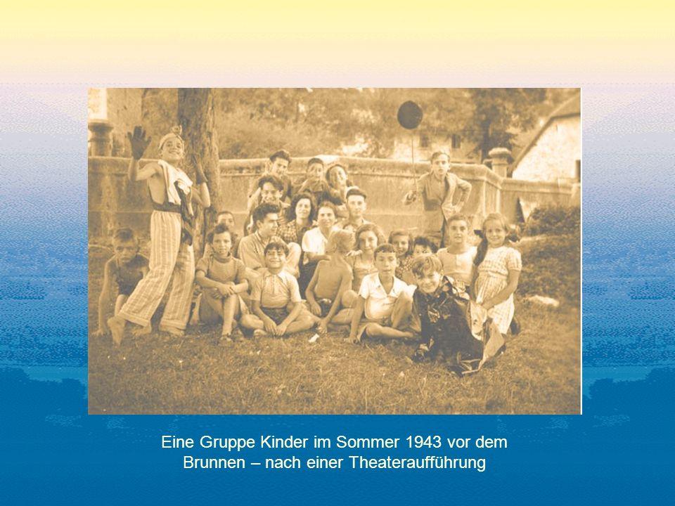 Eine Gruppe Kinder im Sommer 1943 vor dem Brunnen – nach einer Theateraufführung