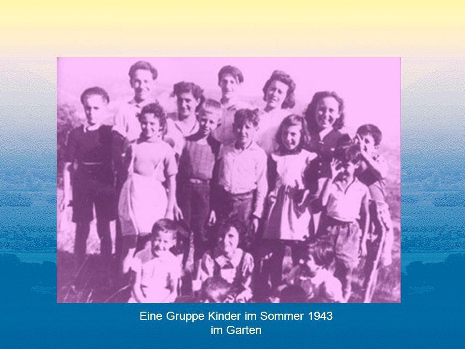 Eine Gruppe Kinder im Sommer 1943 im Garten