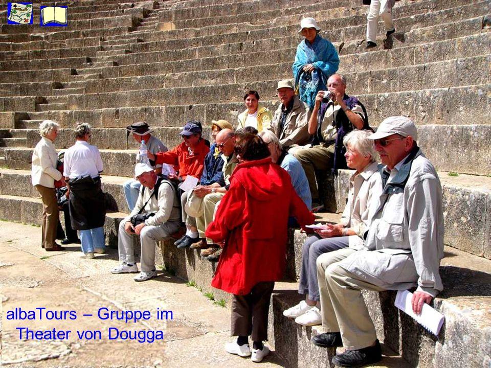 albaTours – Gruppe im Theater von Dougga