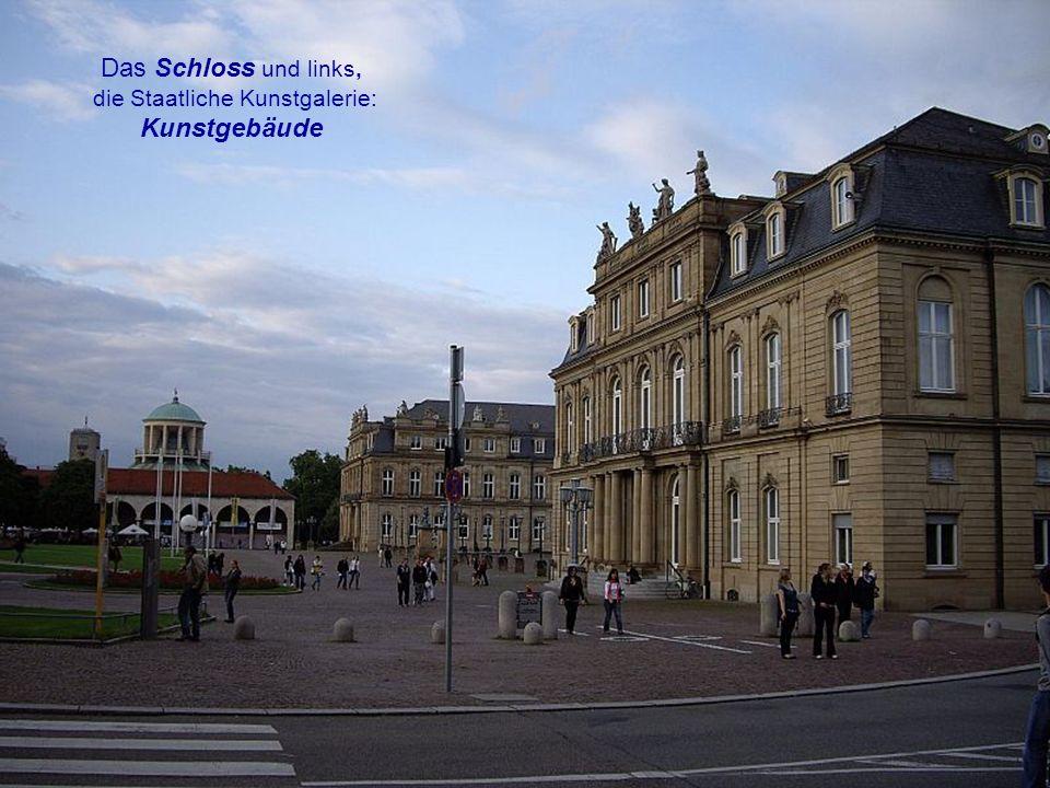 Der Schlossplatz vom Musikpavillon aus betrachtet, ein Feiertag in der Stadt.
