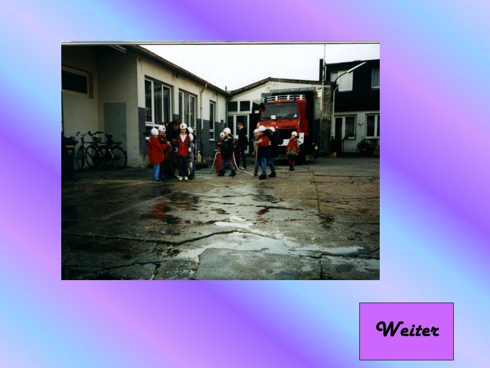 Weiter Hier durften die kleinen, einmal selber Feuerwehrleute spielen, sie durften mit kleinen Wasserschläuchen herumspritzen.