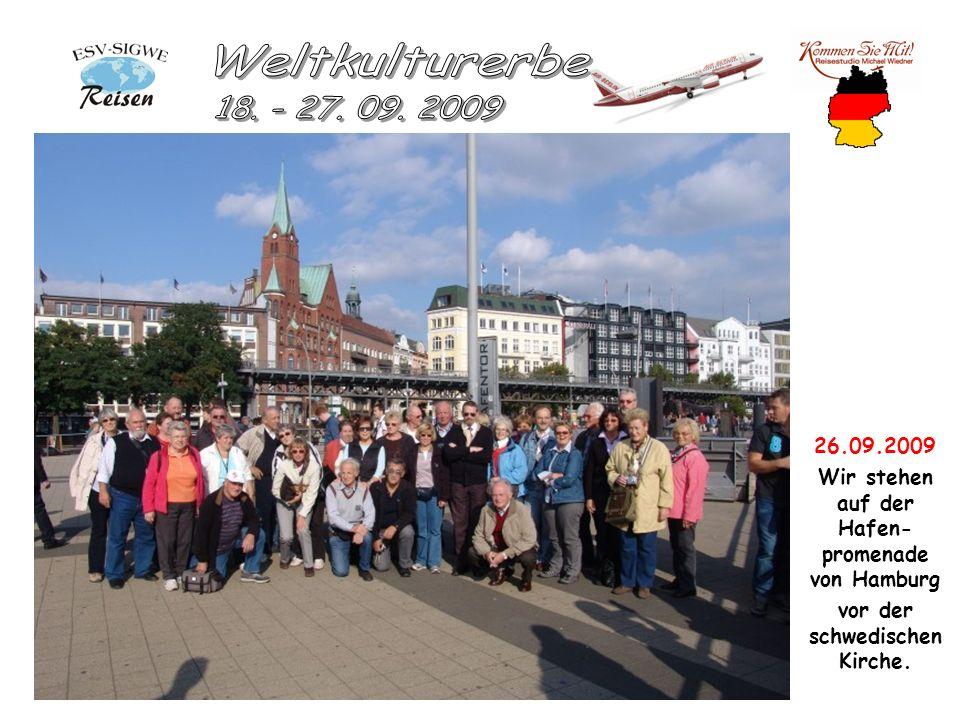 26.09.2009 Wir stehen auf der Hafen- promenade von Hamburg vor der schwedischen Kirche.