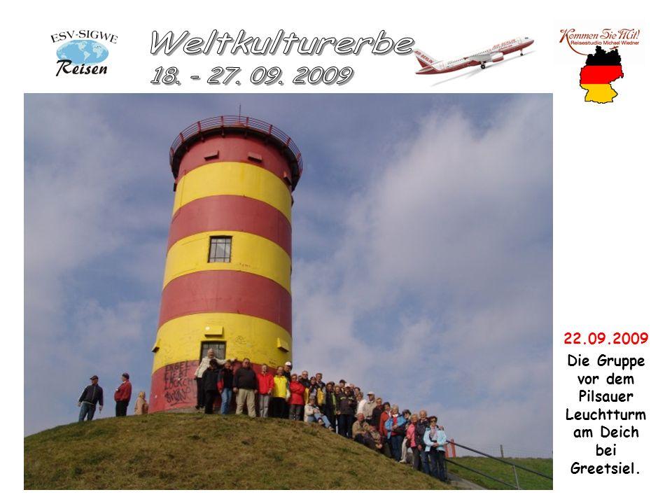 22.09.2009 Die Gruppe vor dem Pilsauer Leuchtturm am Deich bei Greetsiel.