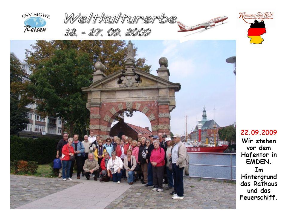 22.09.2009 Wir stehen vor dem Hafentor in EMDEN. Im Hintergrund das Rathaus und das Feuerschiff.