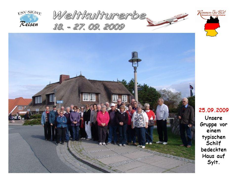 25.09.2009 Unsere Gruppe vor einem typischen Schilf bedeckten Haus auf Sylt.
