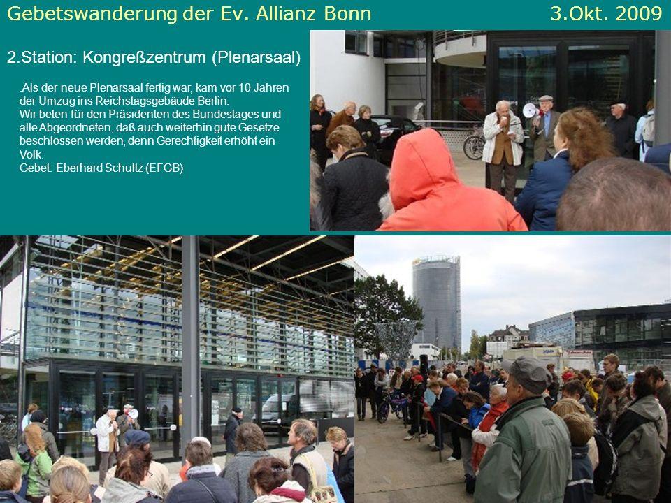 Gebetswanderung der Ev. Allianz Bonn 3.Okt. 2009 2.Station: Kongreßzentrum (Plenarsaal).Als der neue Plenarsaal fertig war, kam vor 10 Jahren der Umzu