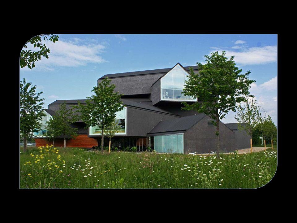 Im VitraHaus – Vitras Flagshipstore – wird die gesamte Vitra Home Collection präsentiert: von den großen Klassikern bis hin zu den neuesten Entwürfen
