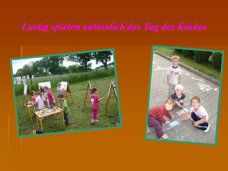 Lustig spielen anlässlich des Tag des Kindes