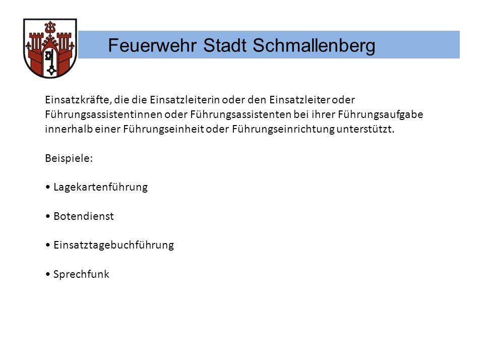 Feuerwehr Stadt Schmallenberg Einsatzkräfte, die die Einsatzleiterin oder den Einsatzleiter oder Führungsassistentinnen oder Führungsassistenten bei i