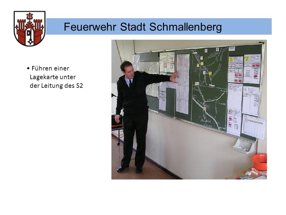 Feuerwehr Stadt Schmallenberg Führen einer Lagekarte unter der Leitung des S2