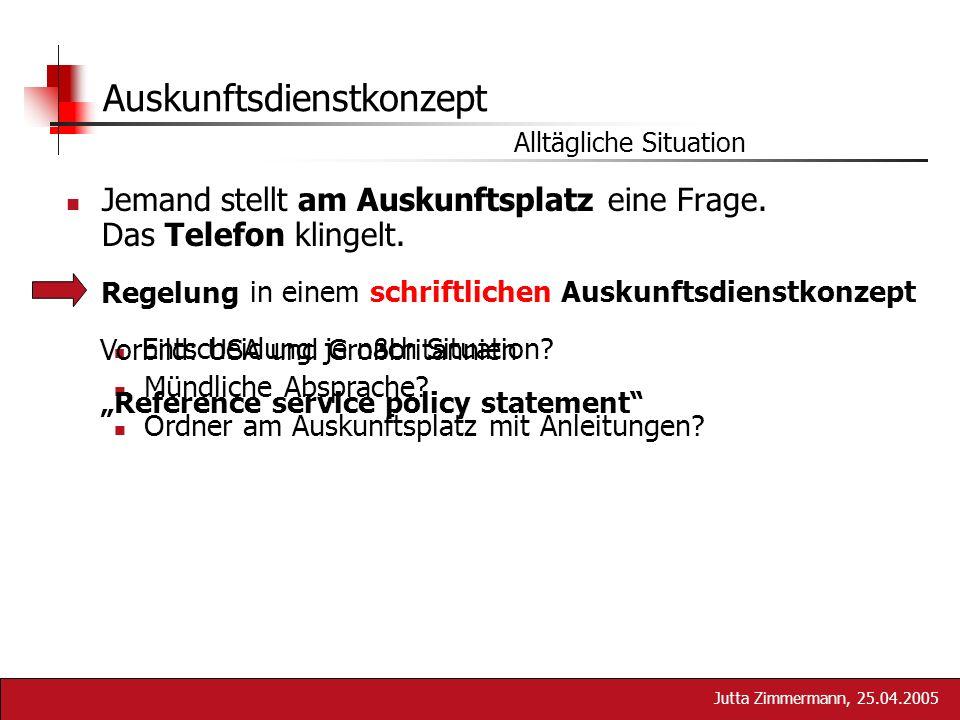 Jutta Zimmermann, 25.04.2005 Jemand stellt am Auskunftsplatz eine Frage. Das Telefon klingelt. Auskunftsdienstkonzept Alltägliche Situation in einem s