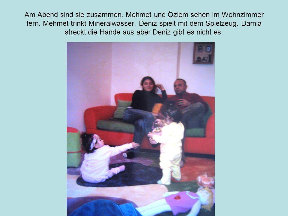 Am Abend sind sie zusammen.Mehmet und Özlem sehen im Wohnzimmer fern.