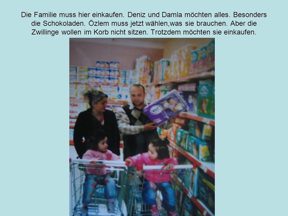 Die Familie muss hier einkaufen.Deniz und Damla möchten alles.