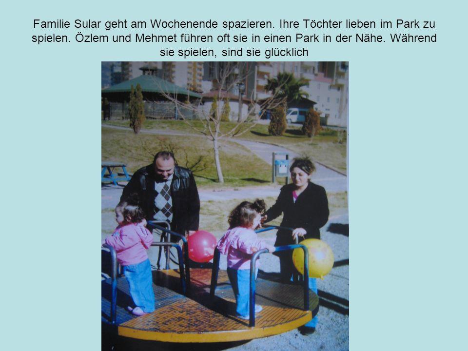 Familie Sular geht am Wochenende spazieren.Ihre Töchter lieben im Park zu spielen.