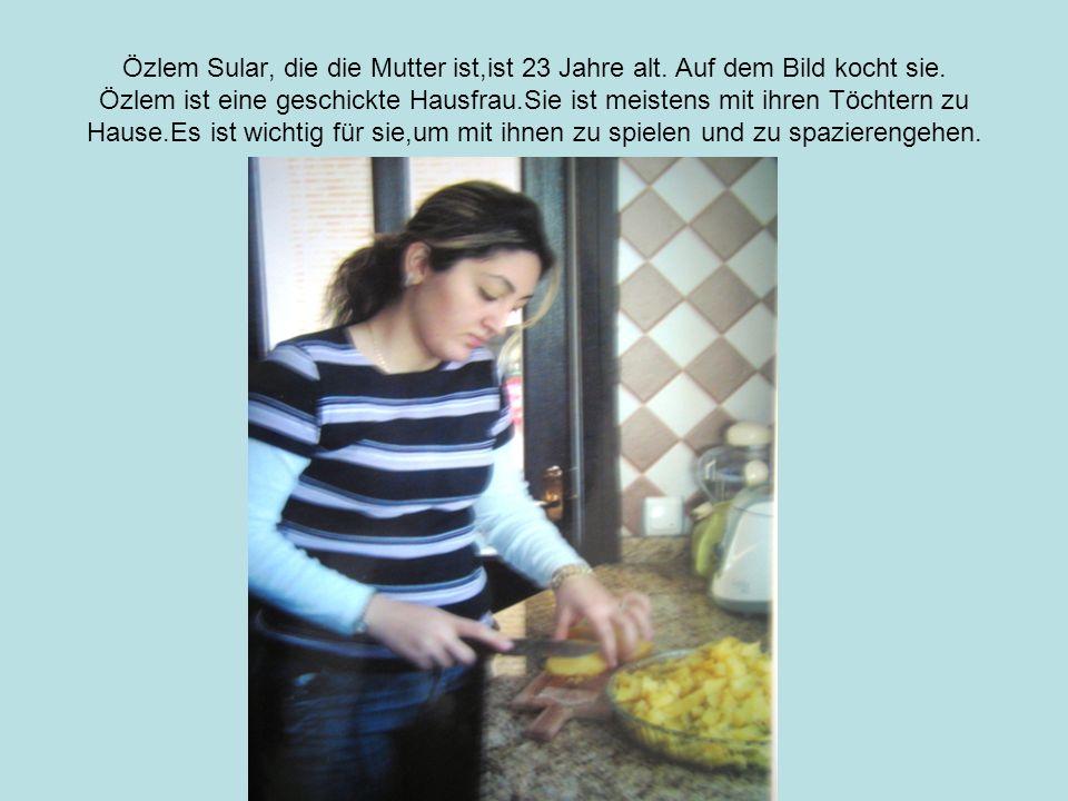 Özlem Sular, die die Mutter ist,ist 23 Jahre alt. Auf dem Bild kocht sie.
