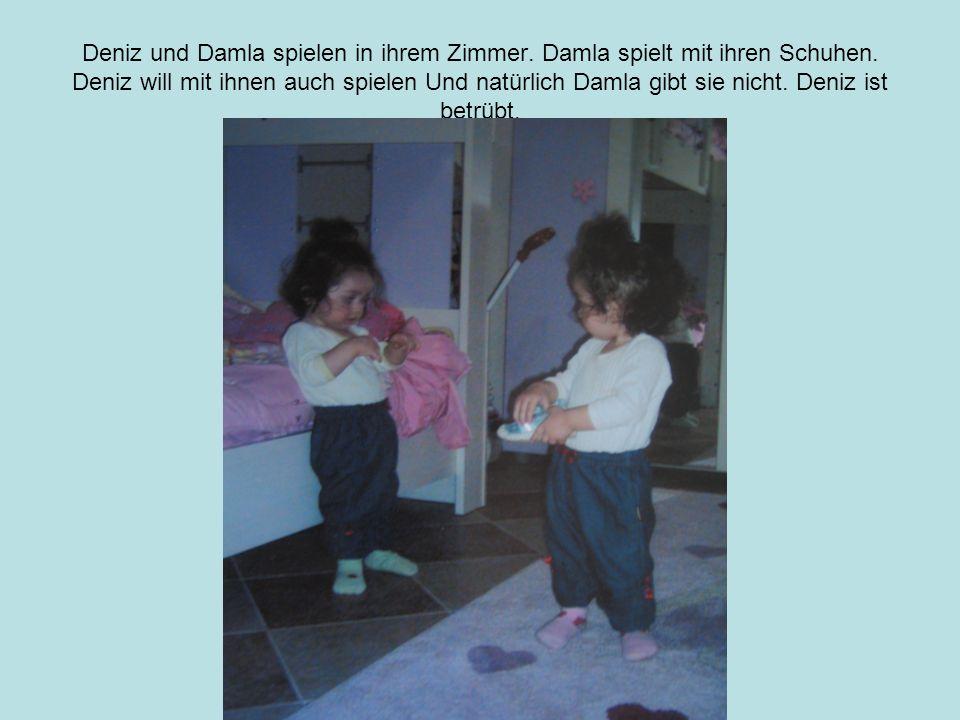 Deniz und Damla spielen in ihrem Zimmer. Damla spielt mit ihren Schuhen.