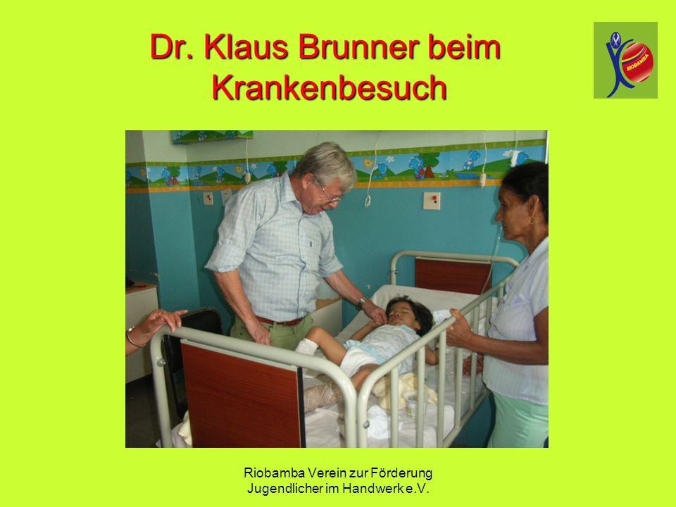 Riobamba Verein zur F ö rderung Jugendlicher im Handwerk e.V. Dr. Klaus Brunner beim Krankenbesuch