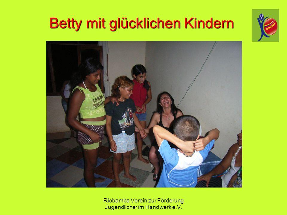 Riobamba Verein zur F ö rderung Jugendlicher im Handwerk e.V. Betty mit gl ü cklichen Kindern