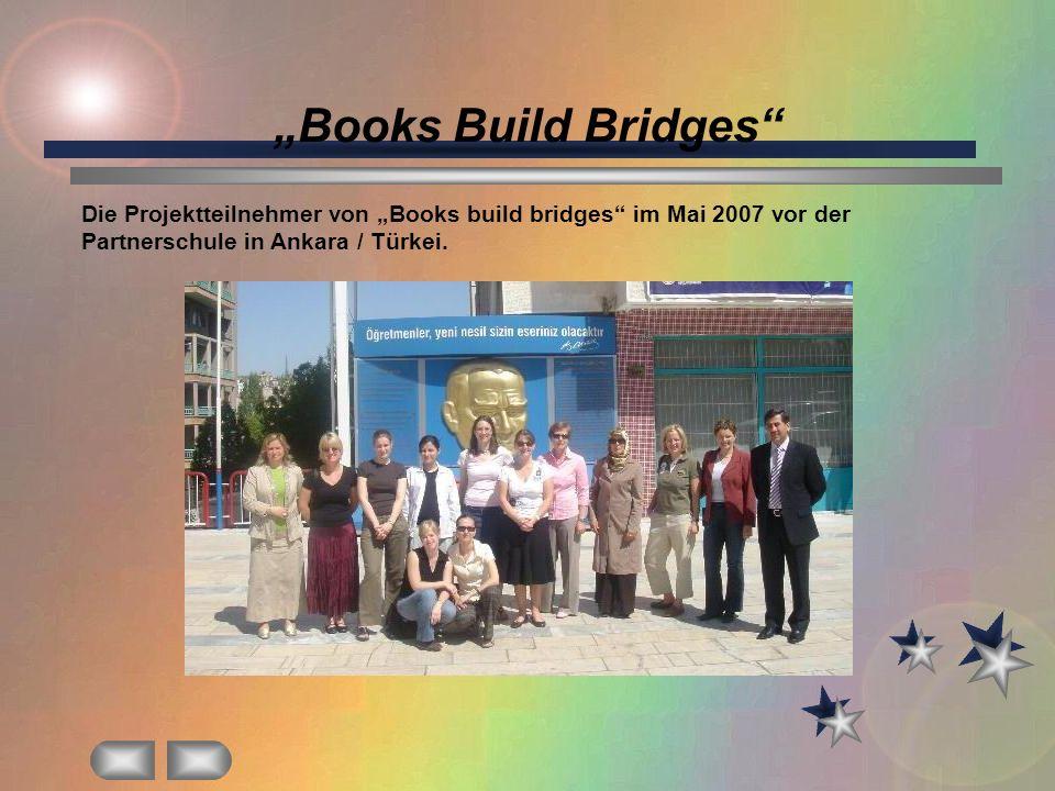 Books Build Bridges Die Projektteilnehmer von Books build bridges im Mai 2007 vor der Partnerschule in Ankara / Türkei.