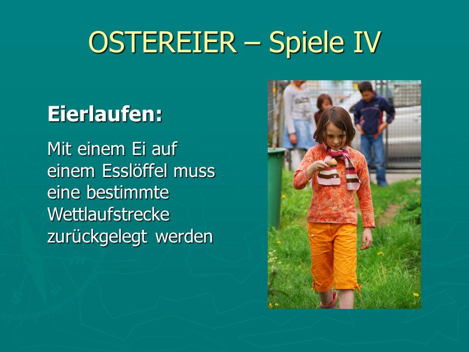 OSTEREIER – Spiele IV Eierlaufen: Mit einem Ei auf einem Esslöffel muss eine bestimmte Wettlaufstrecke zurückgelegt werden