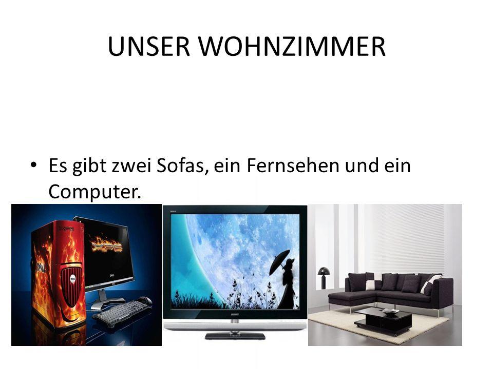 UNSER WOHNZIMMER Es gibt zwei Sofas, ein Fernsehen und ein Computer.