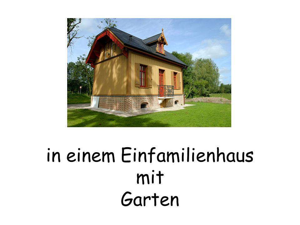in einem Einfamilienhaus mit Garten