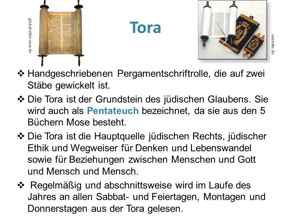 Tora Handgeschriebenen Pergamentschriftrolle, die auf zwei Stäbe gewickelt ist. Die Tora ist der Grundstein des jüdischen Glaubens. Sie wird auch als