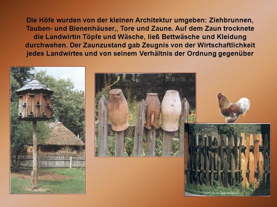 Die Höfe wurden von der kleinen Architektur umgeben: Ziehbrunnen, Tauben- und Bienenhäuser,, Tore und Zaune. Auf dem Zaun trocknete die Landwirtin Töp