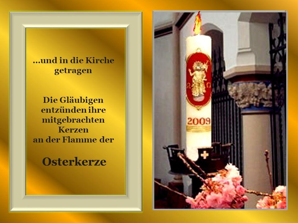 …und in die Kirche getragen Die Gläubigen entzünden ihre mitgebrachten Kerzen an der Flamme der Osterkerze