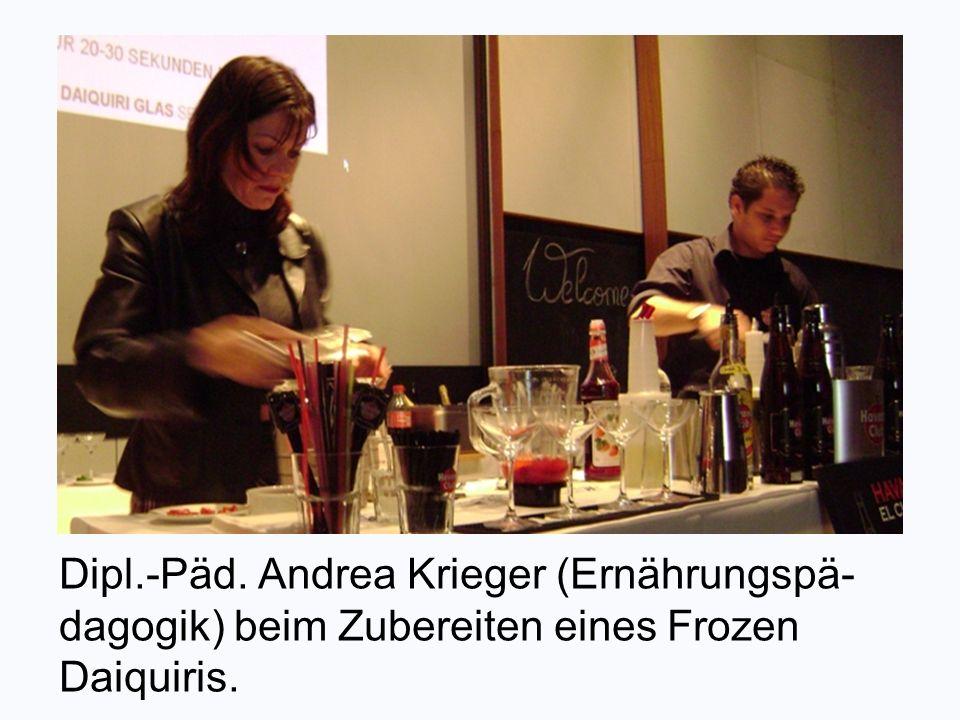 Dipl.-Päd. Andrea Krieger (Ernährungspä- dagogik) beim Zubereiten eines Frozen Daiquiris.
