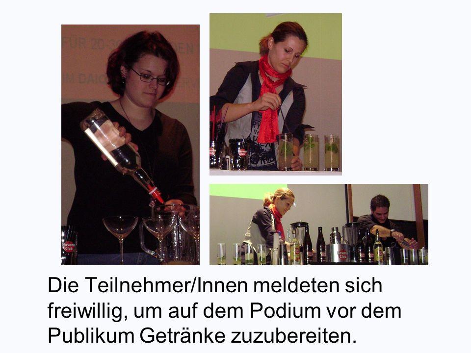 Die Teilnehmer/Innen meldeten sich freiwillig, um auf dem Podium vor dem Publikum Getränke zuzubereiten.