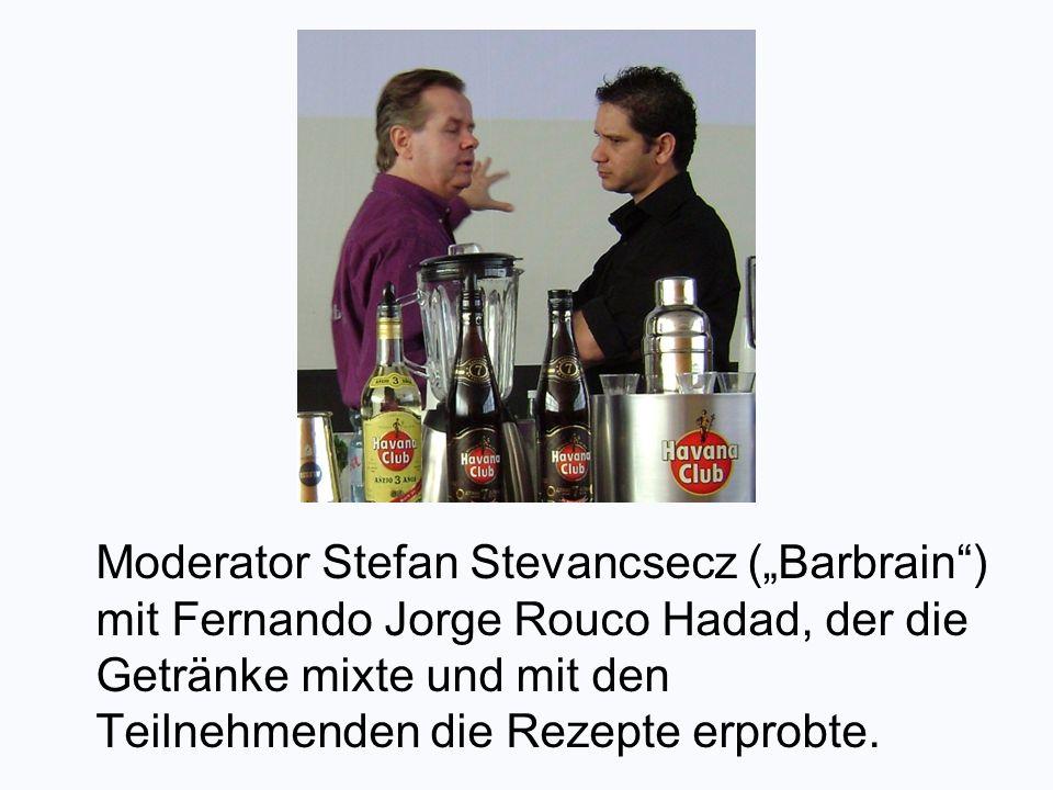 Moderator Stefan Stevancsecz (Barbrain) mit Fernando Jorge Rouco Hadad, der die Getränke mixte und mit den Teilnehmenden die Rezepte erprobte.