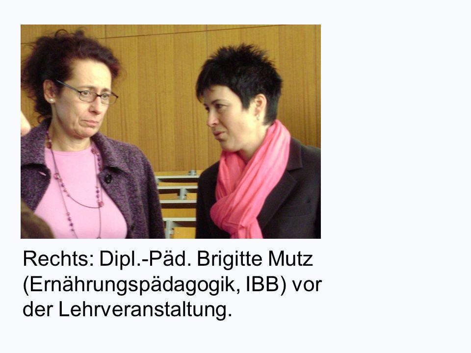 Rechts: Dipl.-Päd. Brigitte Mutz (Ernährungspädagogik, IBB) vor der Lehrveranstaltung.