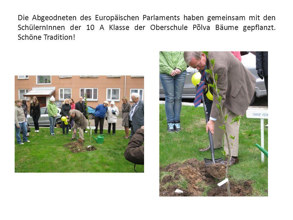 Die Abgeodneten des Europäischen Parlaments haben gemeinsam mit den SchülernInnen der 10 A Klasse der Oberschule Põlva Bäume gepflanzt.