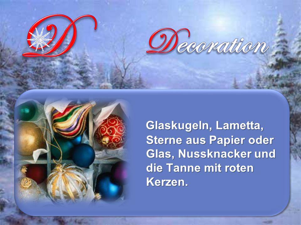 Glaskugeln, Lametta, Sterne aus Papier oder Glas, Nussknacker und die Tanne mit roten Kerzen.