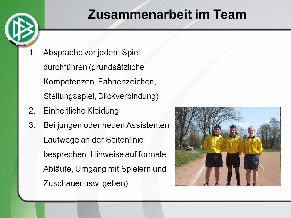 Begrüßung der Mannschaftsführer/innen und Seitenwahl Fußballpraxis an der Basis bei einem Spiel der Mädchen – Kreisliga B Das Schiedsrichter-Team begrüßt die Mannschaften und stellt sich vor.