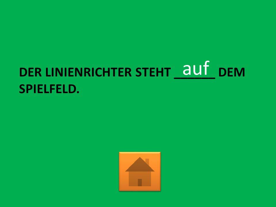 DER LINIENRICHTER STEHT ______ DEM SPIELFELD. auf